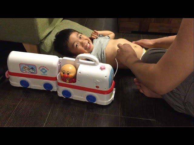 """2歳11ヶ月の息子 """"アンパンマンびょういん""""でパパに診察してもらって大喜び!!"""