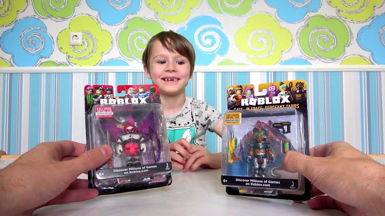 Макс распаковывает роблокс игрушки с кодами roblox