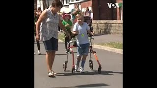 英国脑瘫男孩完成26英里慈善马拉松