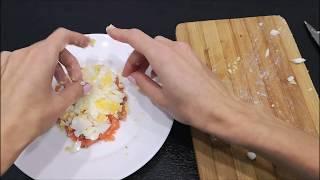 Вкусный салат  с форелью без майонеза))