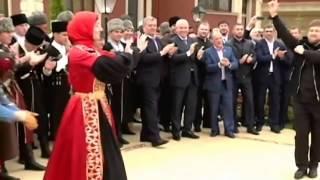 Ramsan Kadyrow tanzt Kaukasischen Tanz Lezginka zu Tschetschnischer Musik