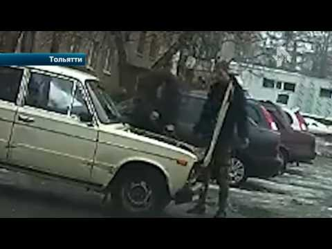 Мужчины сошлись в рукопашной из-за парковки на радость зевакам в Тольятти