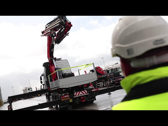 Macs Trucks Volvo FH750 – 6×2 - Tractor unit with FASSI F820 fly jib .