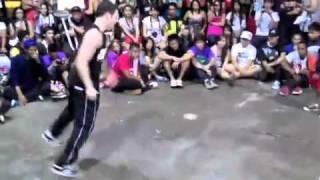 مواجهة بين الصغير والكبير في الرقص
