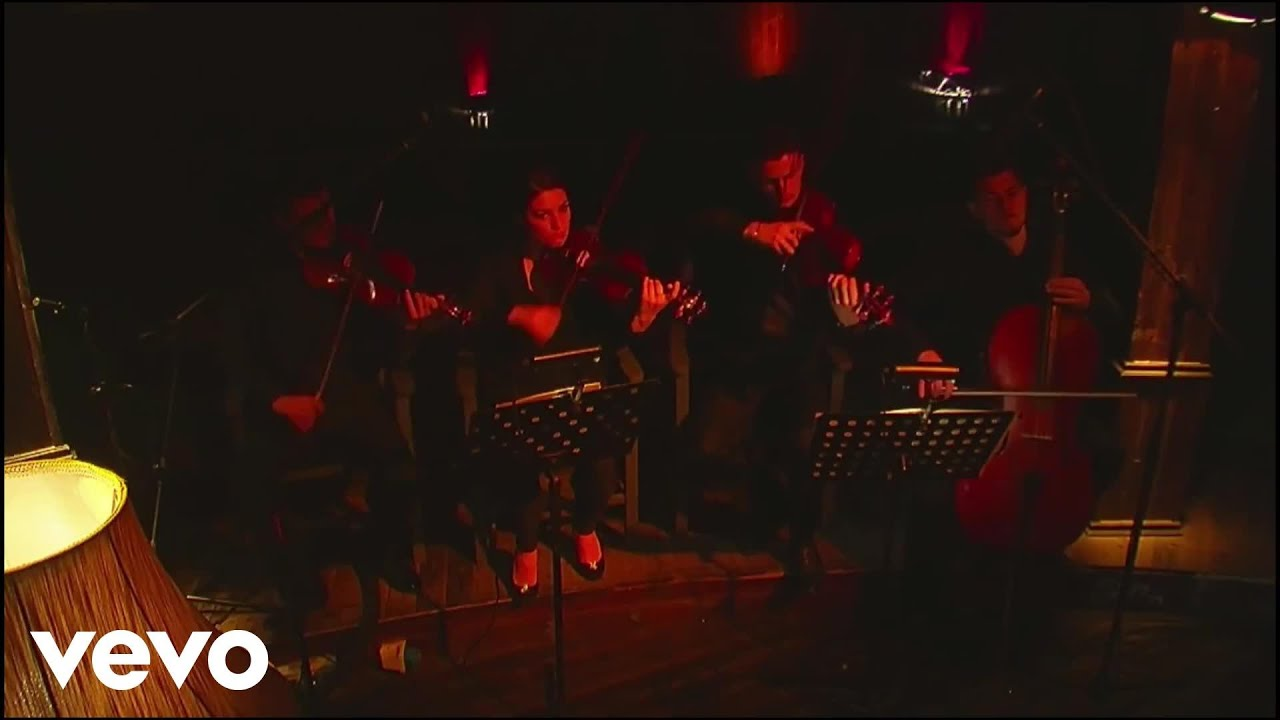 elvana-gjata-si-une-acoustic-live-session-elvanagjatavevo