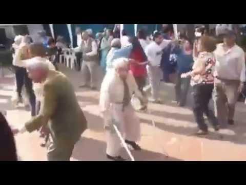 Viejo gracioso bailando en la boda
