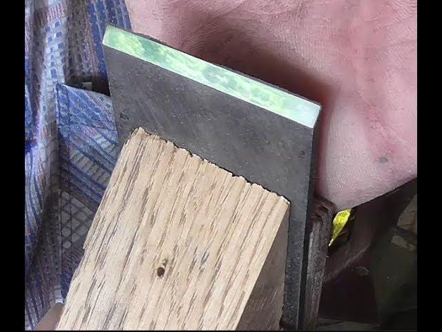 Простейшее приспособление для заточки ножей рубанка и стамесок.