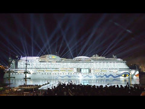 AIDAprima Taufe mit Lichtshow und Feuerwerk in Hamburg