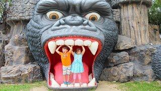 Адриана и Али играют в парке развлечений
