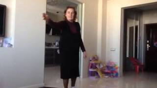 Бабушка кидает мяч и говорит круасаны