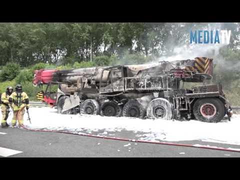 Kraanwagen brandt uit A15 Ridderkerk