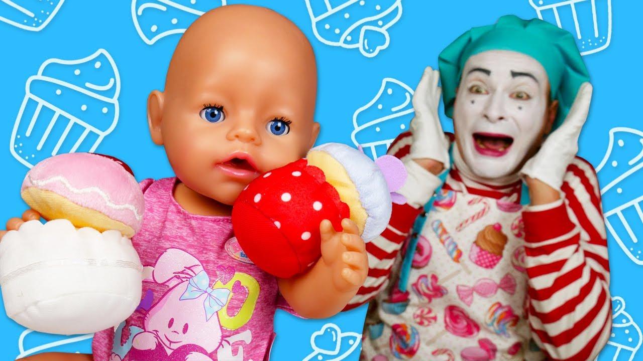 Baby Born oyuncak bebek sofradan cupkekleri çalıyor. Bebek bakma oyunu.