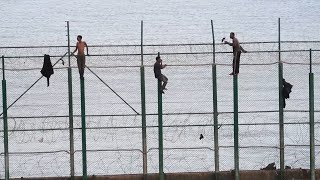 Primer salto masivo del año de inmigrantes a la valla fronteriza de Ceuta