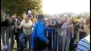 Болельщики встречают ФК Ростов и Курбана Бердыева в аэропорту Ростов-на-Дону
