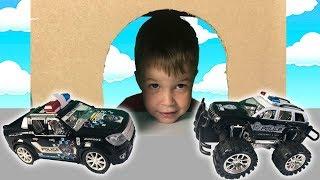 Тёма играет в машинки -Полицейская машина спасает машинки из пещеры-  Видео для детей