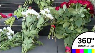 Москвичи несут цветы и свечи к посольству Испании в Москве