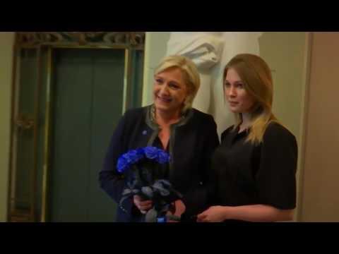 Maria Katasonova, la plus grande fan de Marine Le Pen en Russie, lui offre des roses bleues