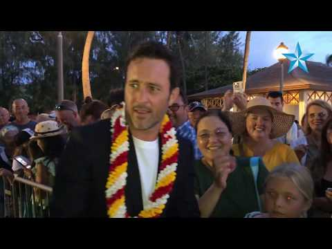 'Hawaii Five-0' Actor Alex O'Loughlin Snaps Selfies With Fans In Waikiki