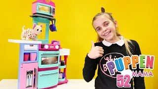 Puppen Mama. Ayças neue Spielzeugküche. Spielspaß mit Puppen