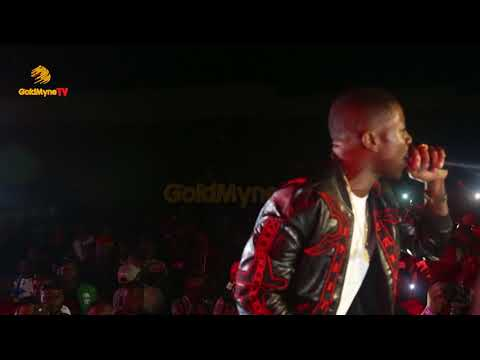 SMALL DOCTOR DOLES OUT CASH DURING PERFORMANCE AT MAYORKUN LIVE IN IBADAN