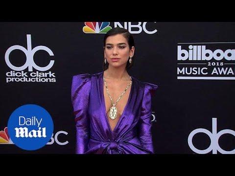 Дуа Липа во виолетов сатен на Billboard музичките награди