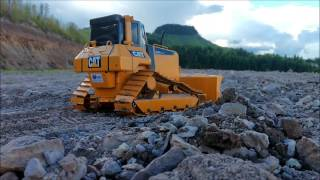 rc trator de esteiras d6n caterpillar trabalhando na terra