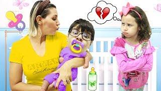 MÃE da Valentina vira babá porque seu IRMÃO VIROU UM BEBEZINHO!