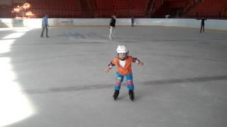Наши дети 4 года и 6 лет катаются на коньках