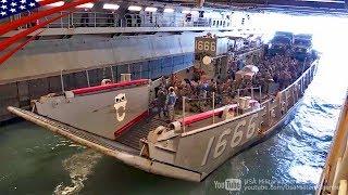 巨大な強襲揚陸艦のウェルドック(格納庫)に入る上陸用舟艇