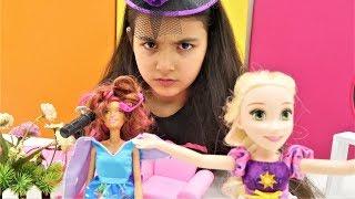 Cadı Emily Rapunzel'in salonununda. Kız oyunları