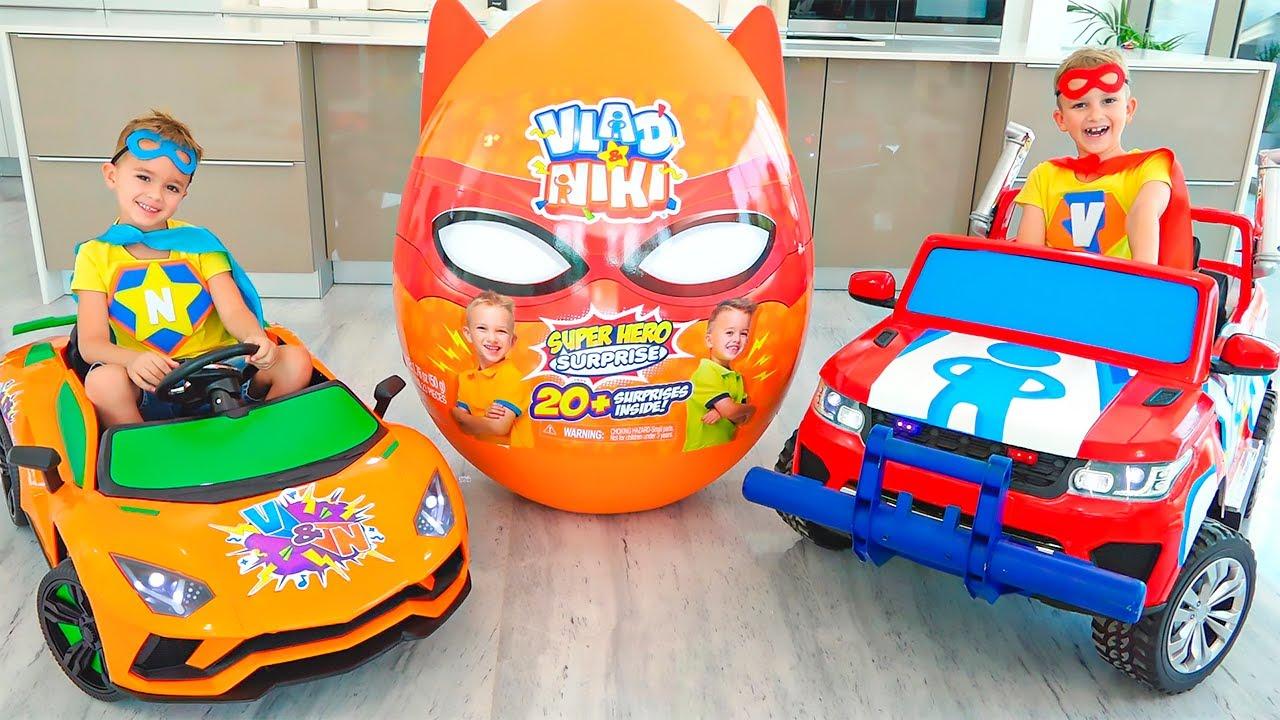 व्लाद और निकी कारों पर सवारी करते हैं और खिलौनों के साथ डायनासोर आश्चर्य अंडे का पीछा करते हैं