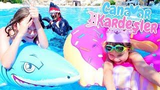 Çocuk videosu. Canavar kardeşler ve Güldür Dede havuza giriyor
