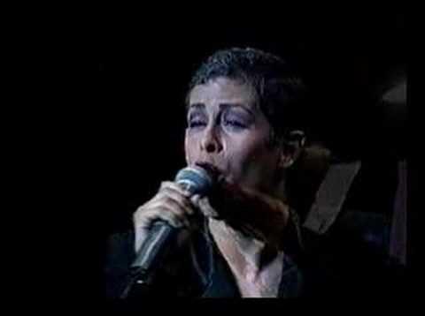 E ugenia León canta