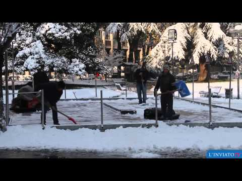 Cremona coperta di neve. Spalatori e spargisale in azione