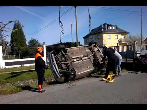 Rescatan un coche que se cayó en un canal de regadío en Monforte