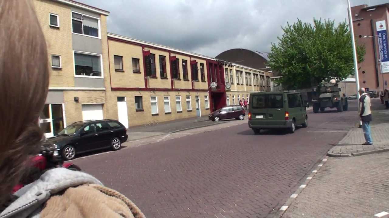 Tank En Een Gepantserde Auto Tijdens 5 Mei Defilé Enschede 2010