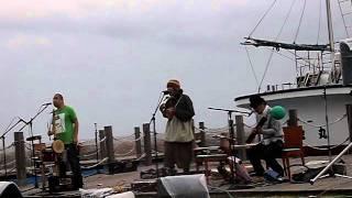 2011年・五月に一瞬再結成。強風と雨の中、元たまの三人が演奏している...