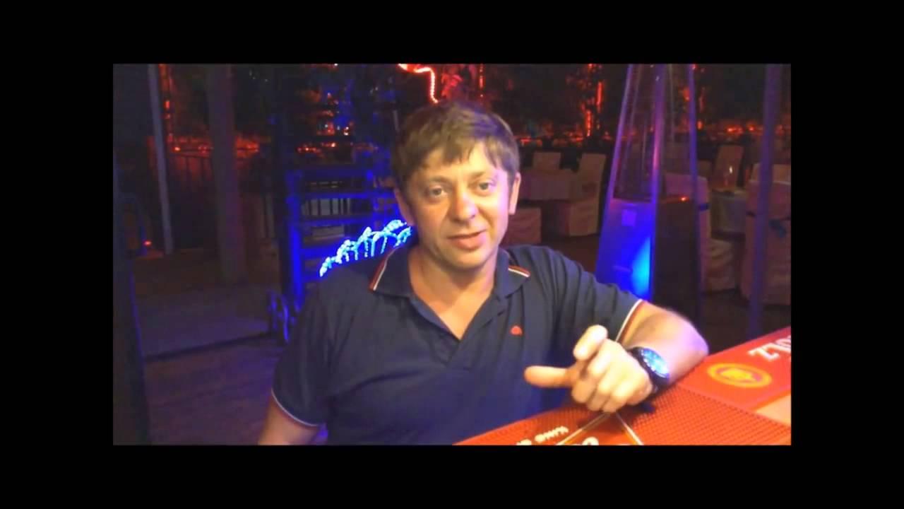 """Брекоткин из """"Уральских пельменей"""" дает интервью в ресторане """"Наутилиус"""""""