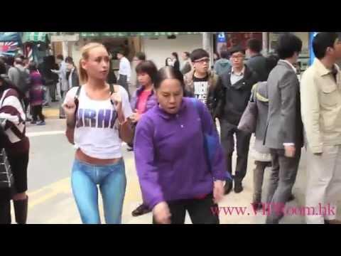 Девушка в джинсах красиво двигается