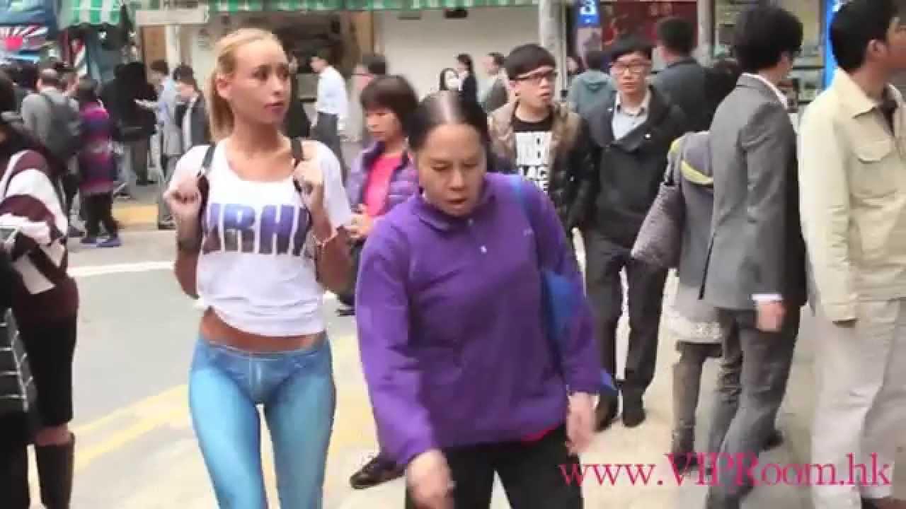 с нарисованными трусами гуляют по городу фото
