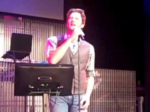 Blake Shelton sings karaoke