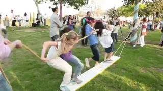 видео Детский праздник дома: веселые игры для детей и взрослых
