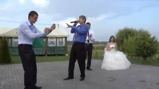Свидетель не растерялся во время конкурса на свадьбе