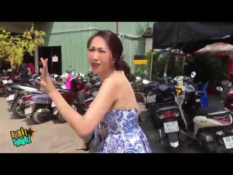 [8VBIZ] - Chết cười với hình ảnh mẹ bỉm sữa của Lều Phương Anh xách giày đi sự kiện