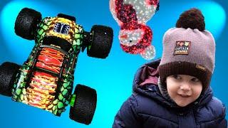 Взяли ДЖИП и пошли играть в ПАРК. Мика малыш играет с радиоуправляемой машинкой на пульте управления