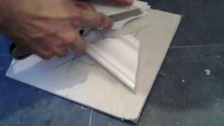подрезка углов и поклейка потолочных плинтусов