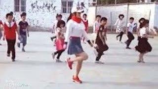 美丽的老师与小学生跳舞洗牌! 那里充满乐趣的学校...