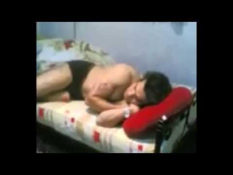 Uyuyan adamın suratına OSURUYOR !!! ...