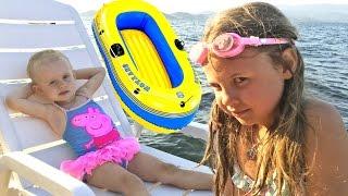 На море в лодке! Ксюша Потоцкая и ее сестра Алиса плывут в лодке. Развивающее видео для детей.