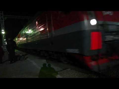 ЭП1М-441 со скорым поездом №59 Кисловодск-Новокузнецк прибывает на станцию Невинномысск